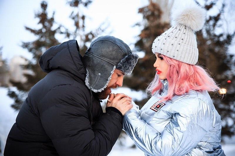 健美帥哥「娶充氣娃娃」回家 出錢「幫微整」:她不喜歡太塑膠
