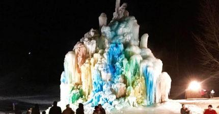 超巨大24公尺「冰封聖誕樹」!近看「彩虹漸變色」美炸:是艾莎的魔法?