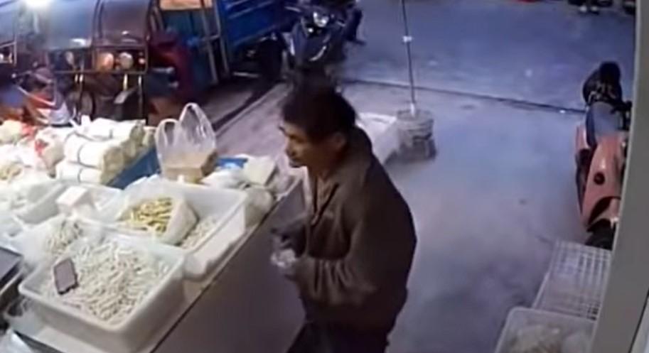 流浪爺爺原子筆「手繪鈔票」 跟麵店老闆「買麵7年」沒被揭穿!