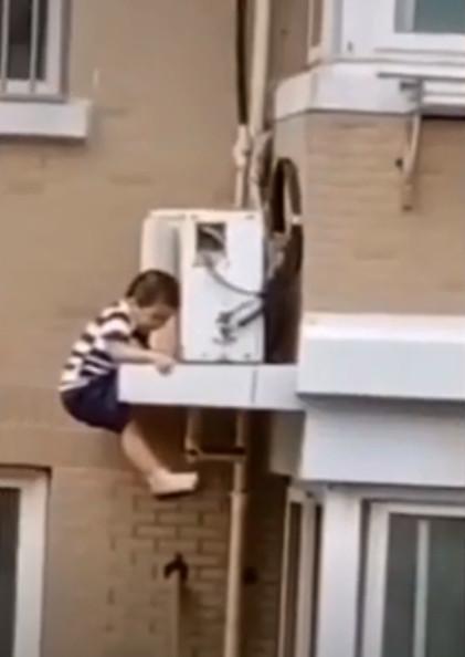影/2歲童爬窗...從「5層樓高」墜落!鄰居神反應「徒手一抓」救到了