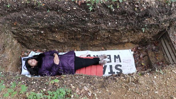大學幫學生「提供墳墓」超受歡迎 沒先預約還躺不到