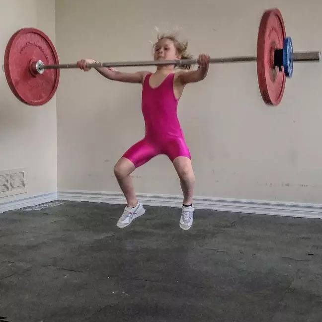 地表最壯小蘿莉!7歲就空手舉80kg 看超狂訓練才懂:人生的差距
