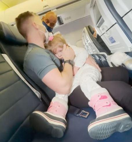 女兒不肯戴口罩!全家3人被趕下飛機 媽爆哭「2歲不能強迫」遭打臉