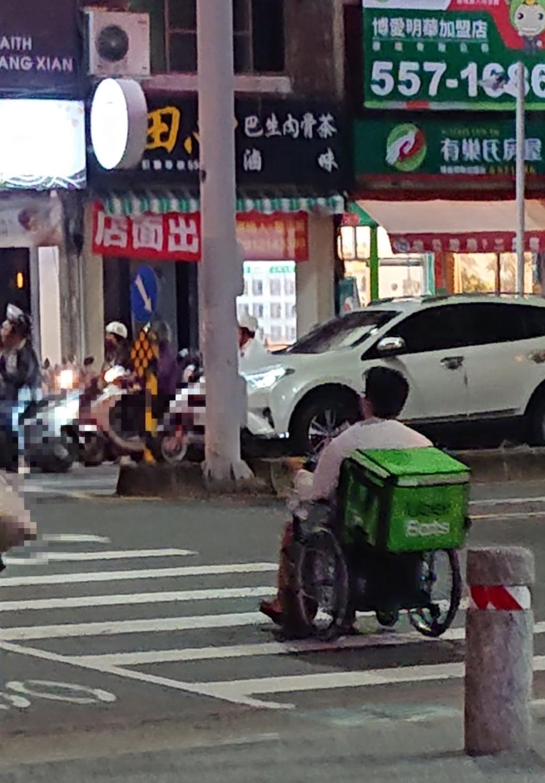 目睹「輪椅吳柏毅」用生命送餐 網不忍發聲:問題還是很多!