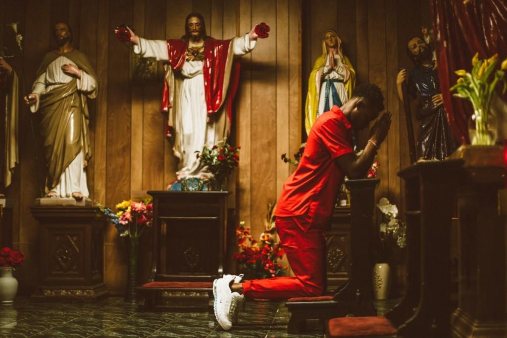 飛踢就能驅魔?耶穌鞋「注入真聖水」賣4萬塊 1分鐘就被搶光!