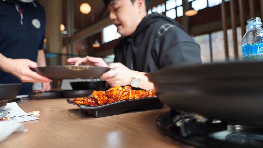 網紅拍片指責「缸子有米粒」 「害餐廳倒閉」後才道歉:是我沒吃完