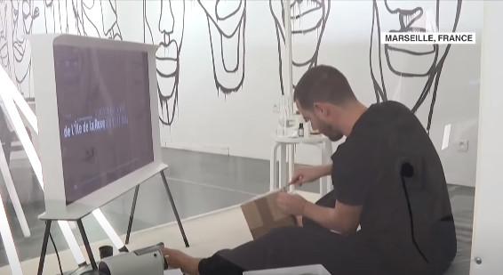 藝術家稱受疫情啟發 表演「關透明箱20天」被網嗆:騙吃騙喝