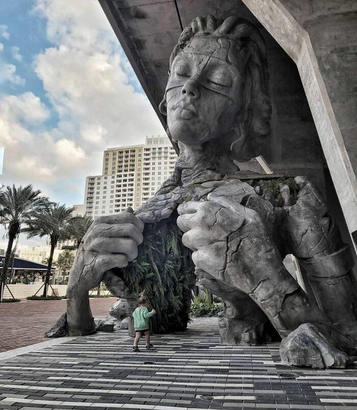 藝術家打造9公尺超大石雕 女巨人「兩手撕開」自己鎖骨:讓你走進她的心!