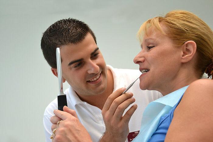 是要怎麼回話啊!牙醫手塞你嘴時「總是在問你話」的原因