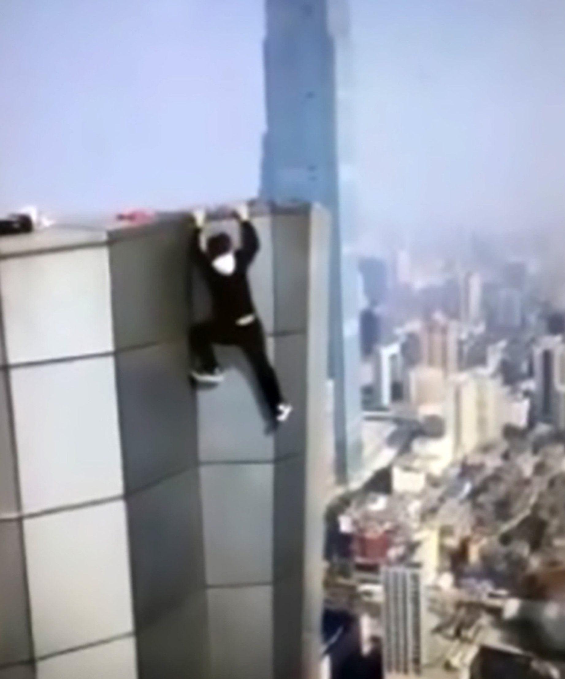 影/網紅爬62樓「引體向上」耗盡體力 「掙扎20秒」手鬆開