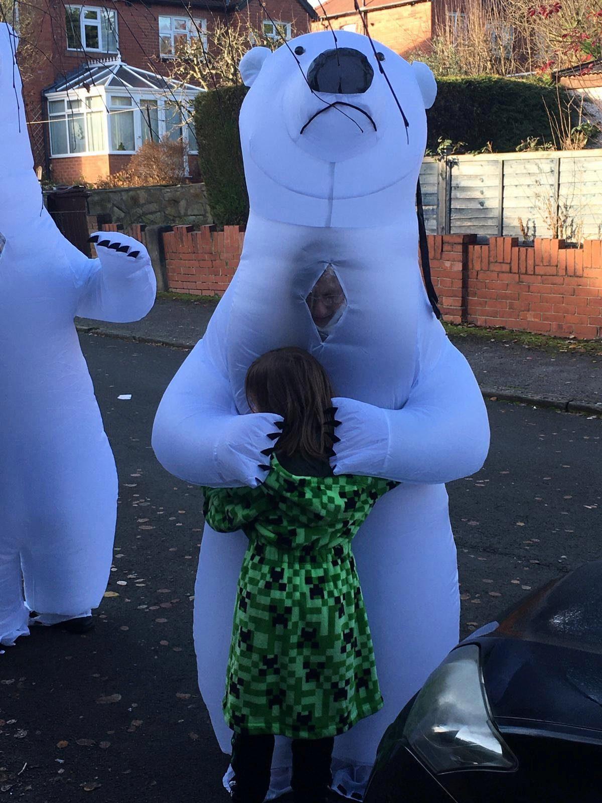 疫情不能碰面 爺爺奶奶變身「防疫北極熊」給孫女驚喜大抱抱!