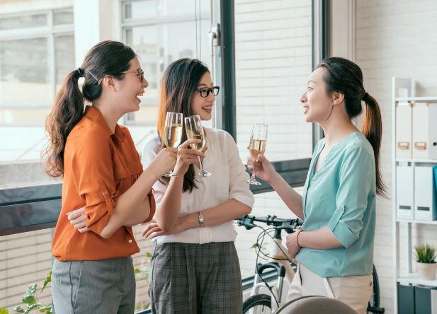該不該跟同事交朋友?做好「3個職場原則」想變家人都不是問題