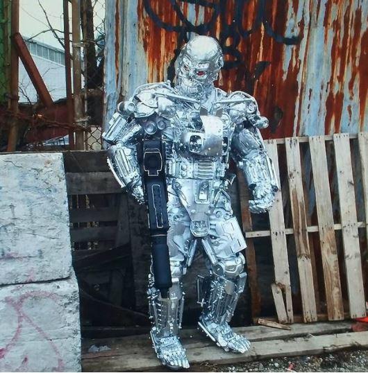 他自製「變形金剛」材料你我家都有 摘下面具是「帥氣退休飛官」超MAN!