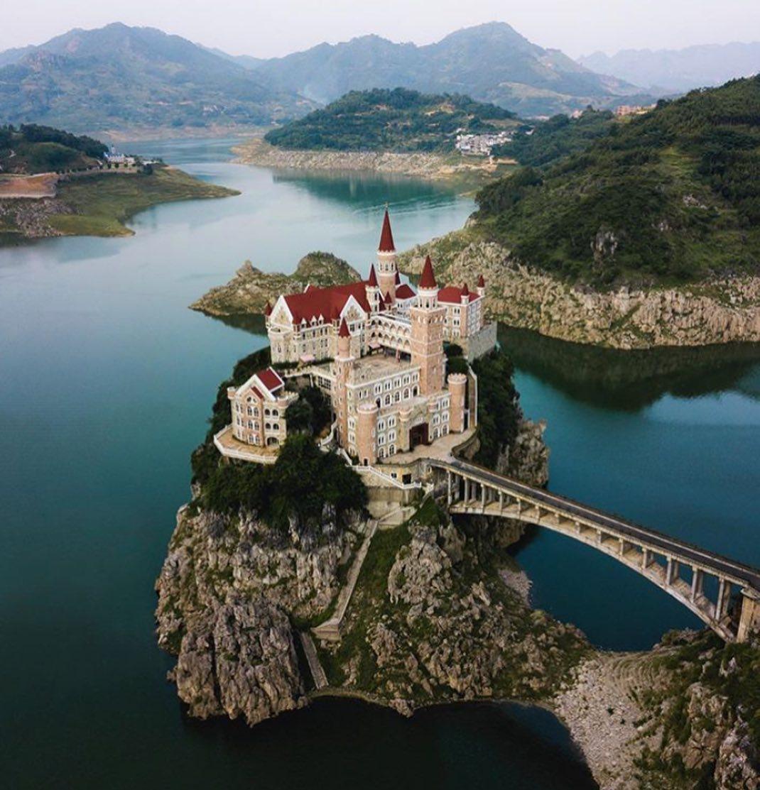 「小島城堡」四周風景超怪 仔細看「一晚只要1000」才知不對勁