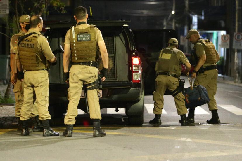 一群人開車沿路「狂撒鈔票」 路人爽撿被逮...原來是對付警察的招數!