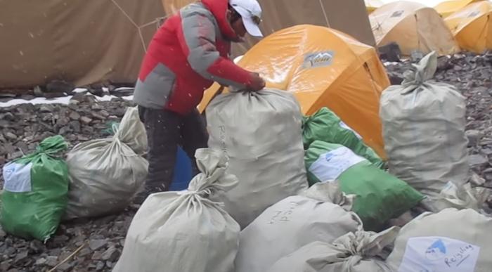 地球汙染多恐怖?她到「世界最高峰」撿垃圾 最後畫面太嚇人