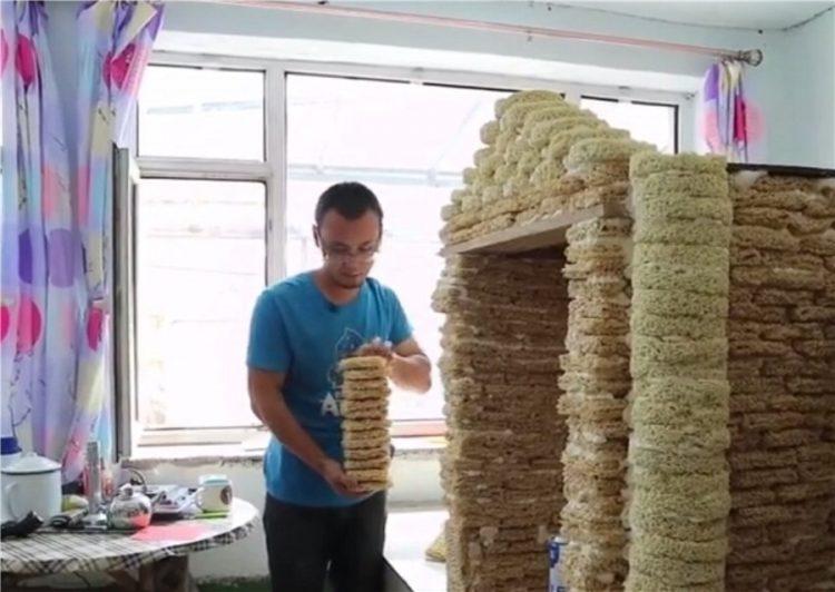 「2000包泡麵蓋房」送兒子 新手爸被罵反嗆:反正也是浪費