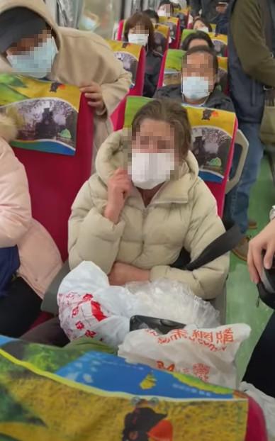 外籍女拒戴口罩稱「會咳嗽」譙髒話 列車長霸氣解決!網:當台灣人塑膠?