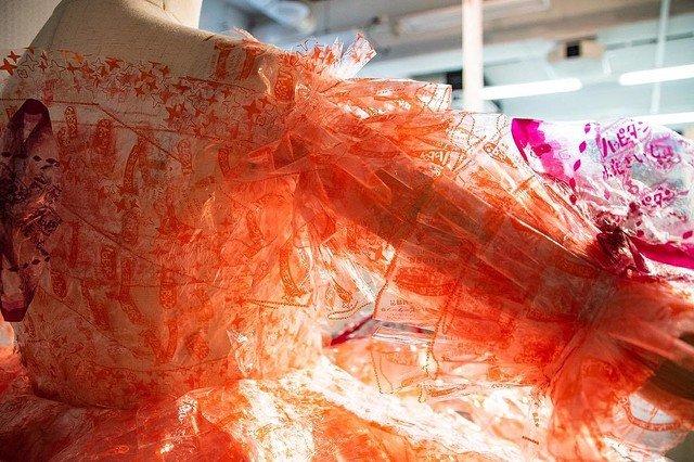 家人幫忙狂吃餅乾!大學生靠「4千枚垃圾」打造禮服 「奢華下擺」震撼時尚界