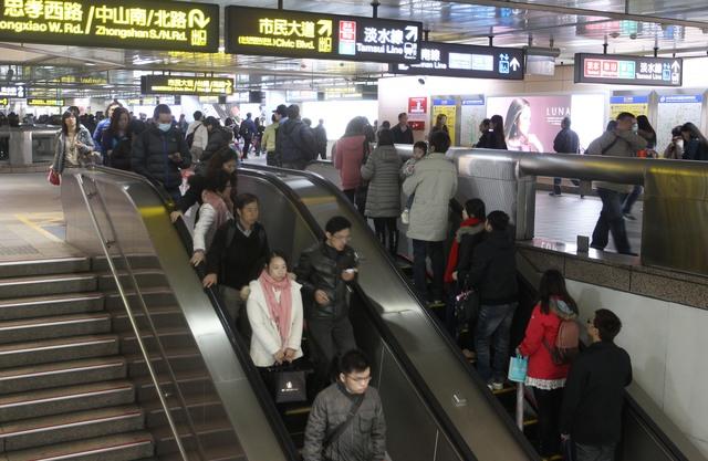 站電扶梯左側「拒讓道」!跟中年男大吵...美女醫怒嗆:捷運局要檢討