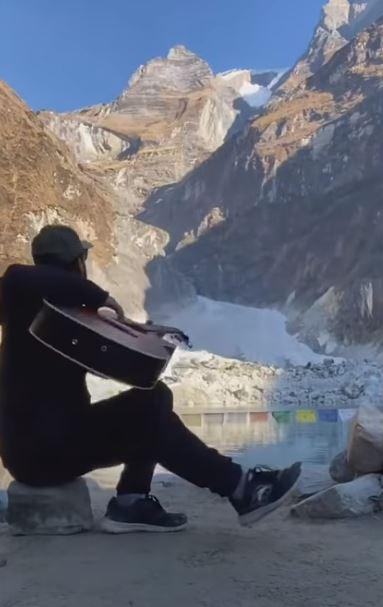 影/把山彈崩了?彈吉他到一半「山頭巨響」 3分鐘後差點上天堂