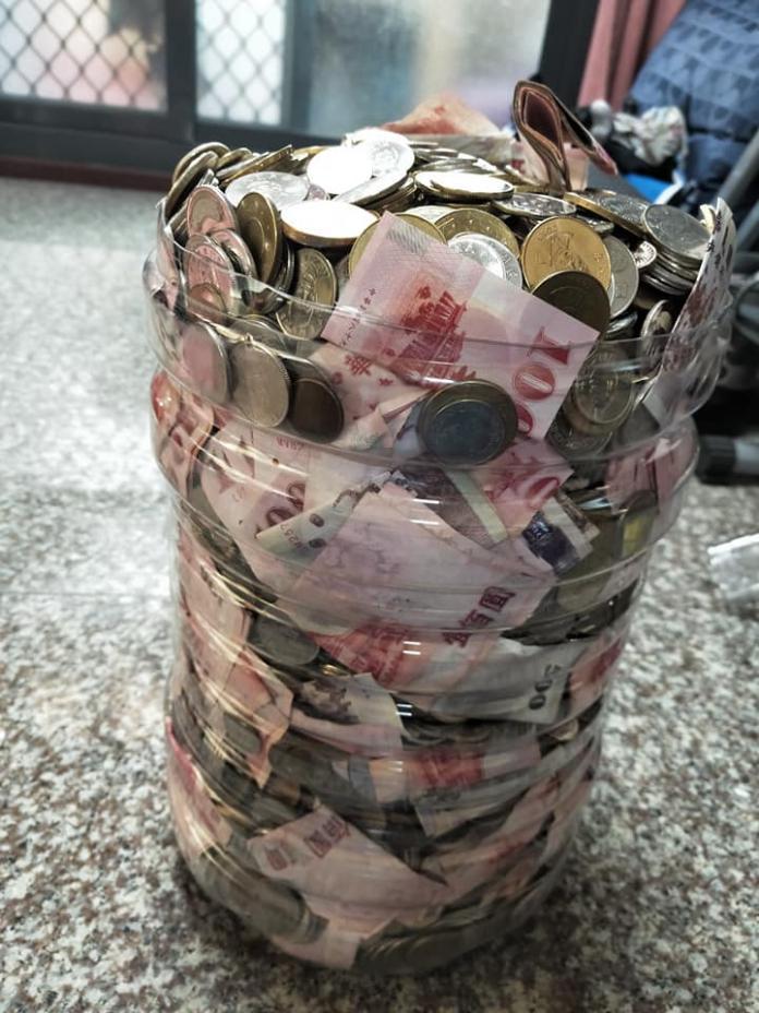 「自己的年終自己發!」男用水桶存錢 打開「爽拿15萬」