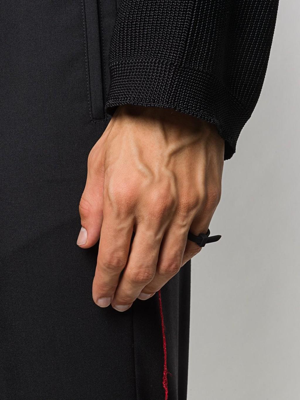 垃圾變潮物?名牌推出「超天價手環」 網看傻眼:五金行就有賣