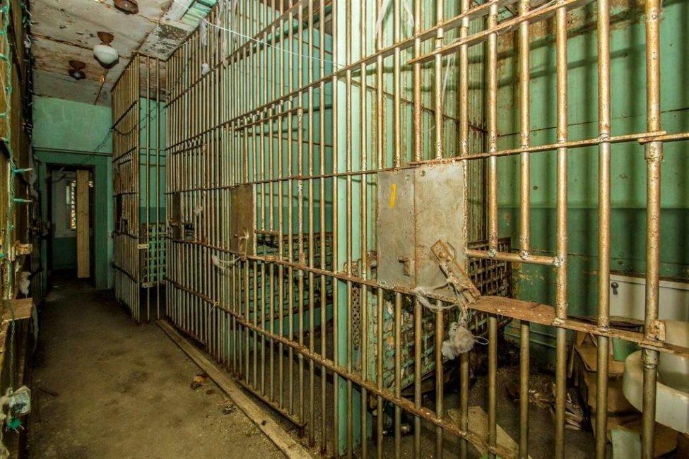 超美房屋竟只賣400萬 他好奇走進去驚見「7間完整牢房」