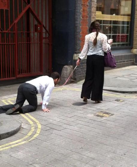 遛狗才獲准出門 警巡邏驚見人妻「狗繩牽丈夫」