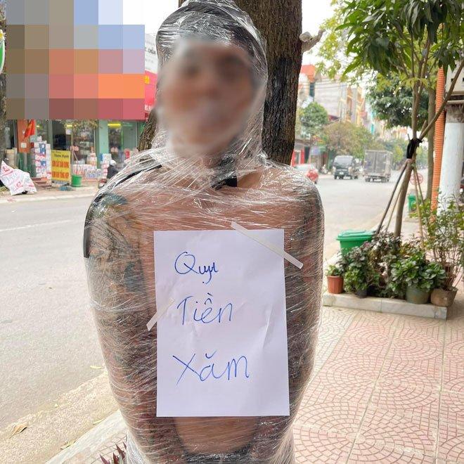街頭驚見一男「膠帶綑樹上」 胸前字條寫:我討厭付刺青錢