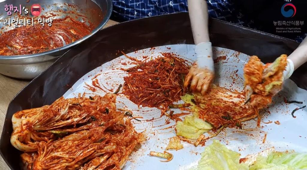 韓吃播主「遭中國封殺」沒在怕 親手醃泡菜教學片...網看完:嗆爆了!