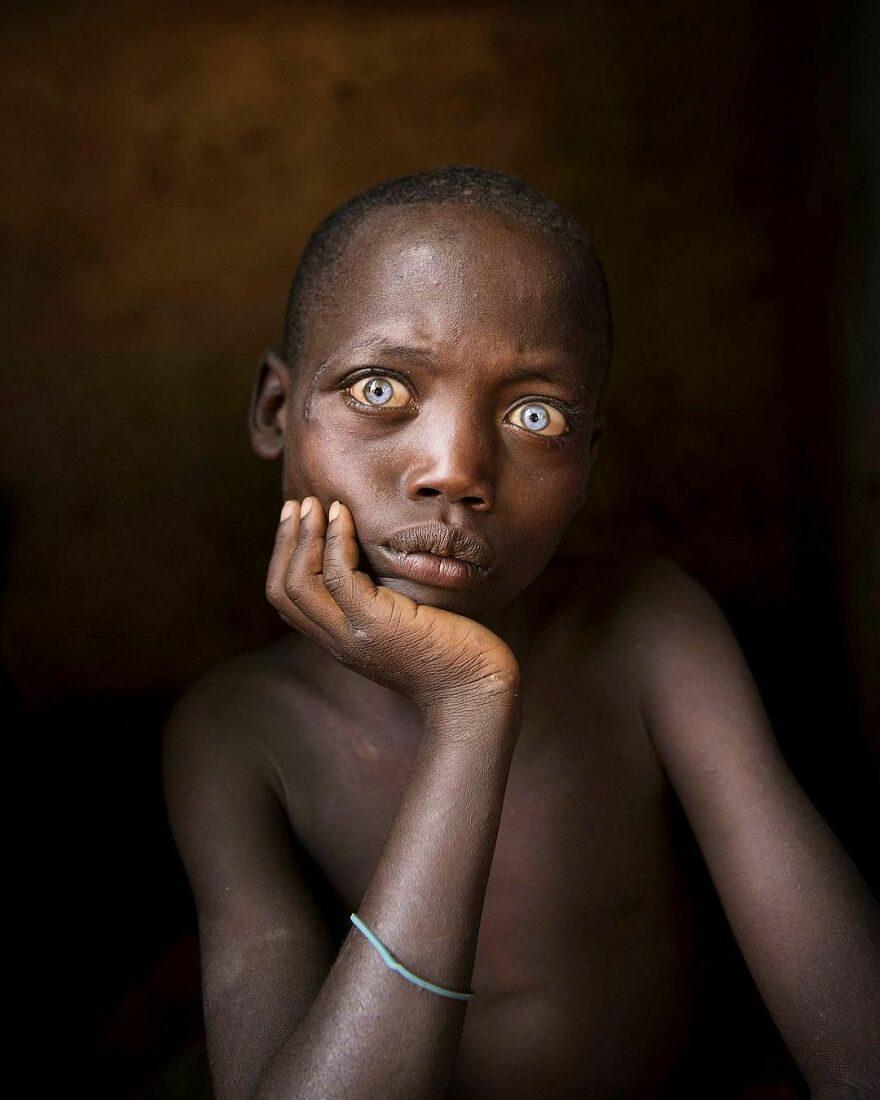 他拍下30張「世界各地小孩」日常生活 挪威「獸毛裝」霸氣十足