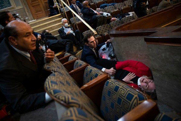 影/川普支持者「衝進國會」大混亂!現場失控傳「1女中彈亡」:最黑暗一天