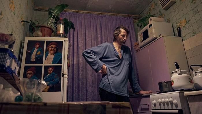 42歲清潔工誤信朋友負重債 靠一組照片逆轉人生「脫下眼鏡」電眼爆紅!