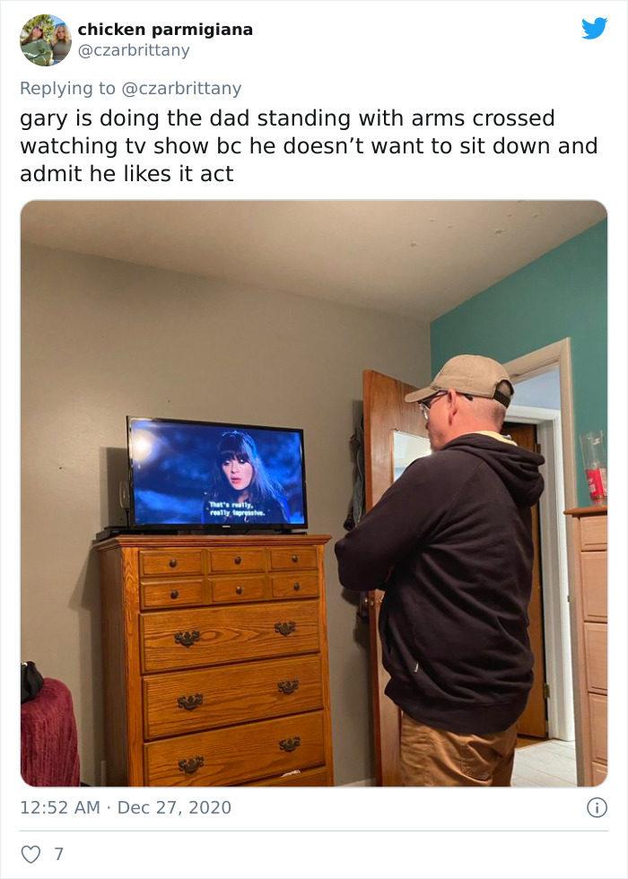 全世界的老爸都用「一樣的姿勢」看電視?網PO照怔:就這樣40分鐘
