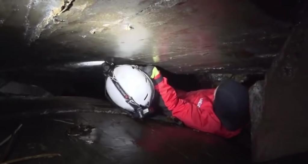 26歲醫學生挑戰「45公分洞穴」 慘卡住24小時後「被灌漿封印」