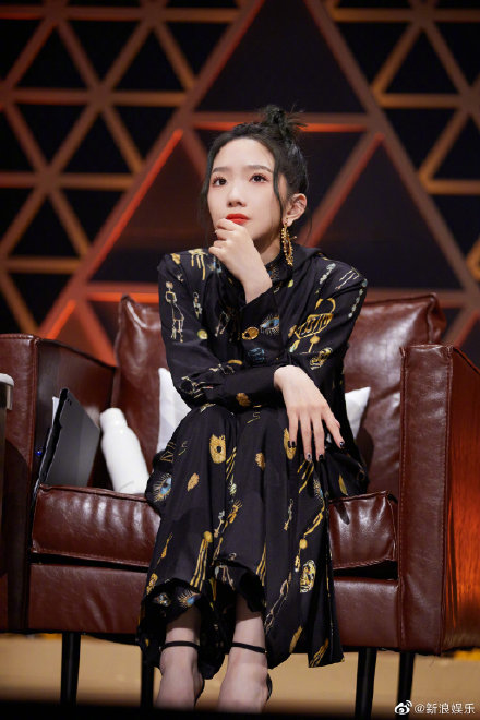 51歲周傳雄登中國選秀 台下「22歲評審導師」網氣炸:她配坐在那?