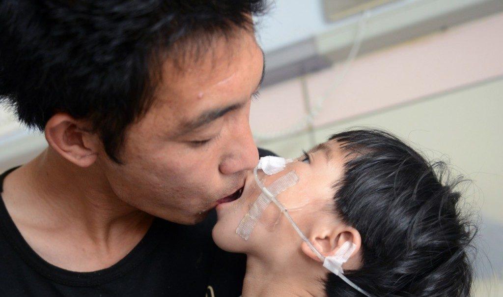 3歲女兒「剩7公斤重」 單親父不放棄「嘴對嘴餵500天」