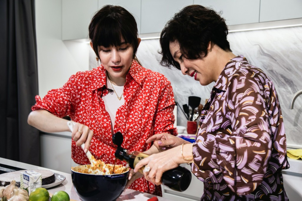 就愛這一味!王宇婕偕母做年菜 自嘲好吃到配三碗飯