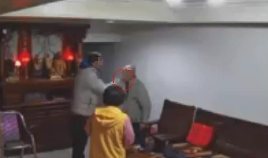 基隆父狠甩8旬阿公「4巴掌」 兒子曝畫面怒斥:沒用的男人