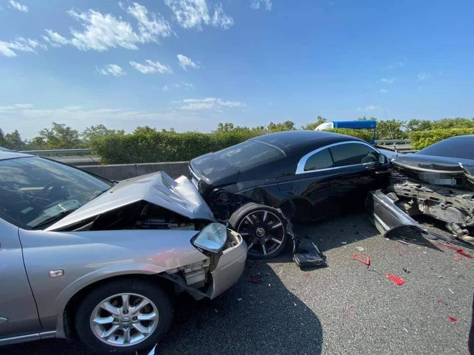 國產車推撞「2000萬勞斯萊斯」成夾心 網默哀:看不到未來