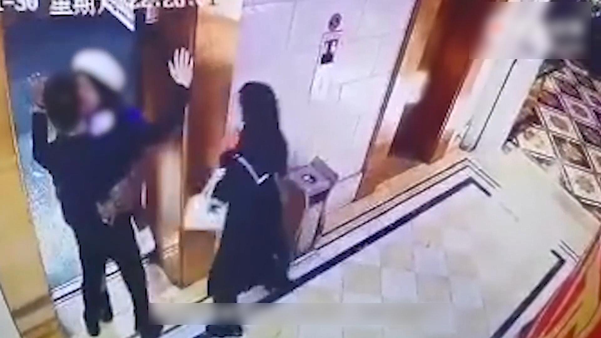 男子電梯口被強吻