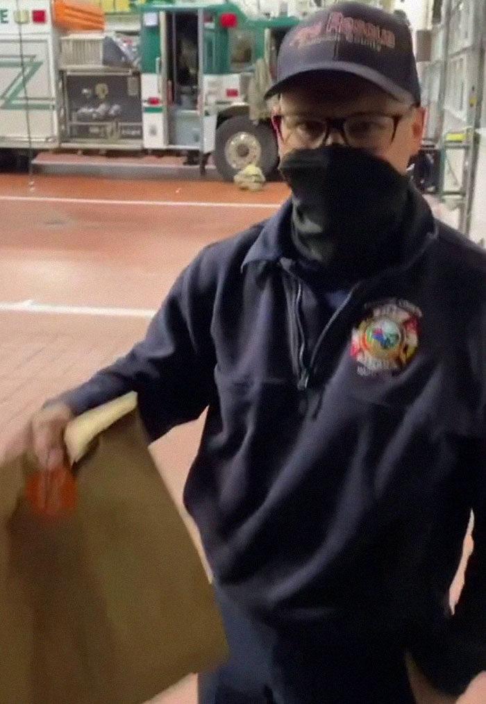 賣不完怎處理?甜甜圈店員不想「幫公司造孽」 改分給街友被開除