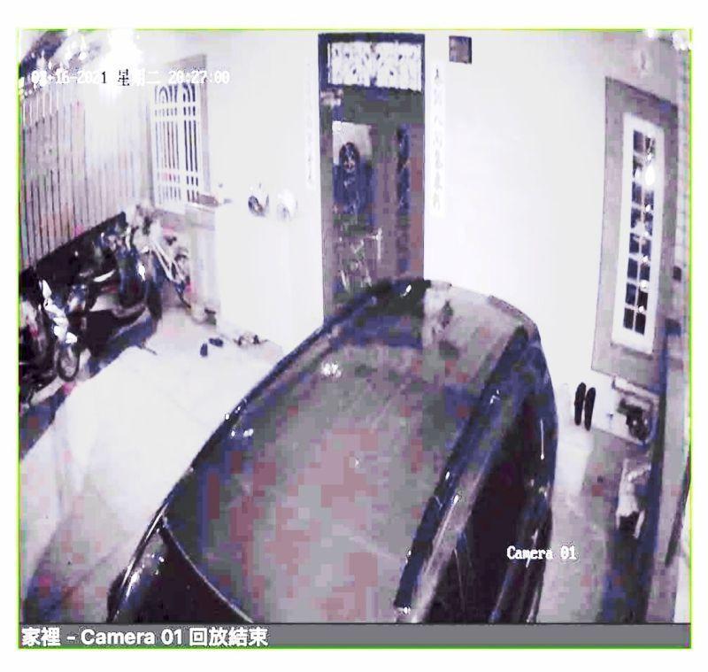 監視器一開見「門口站長髮女鬼」緊盯 母嚇到崩潰:不敢回家