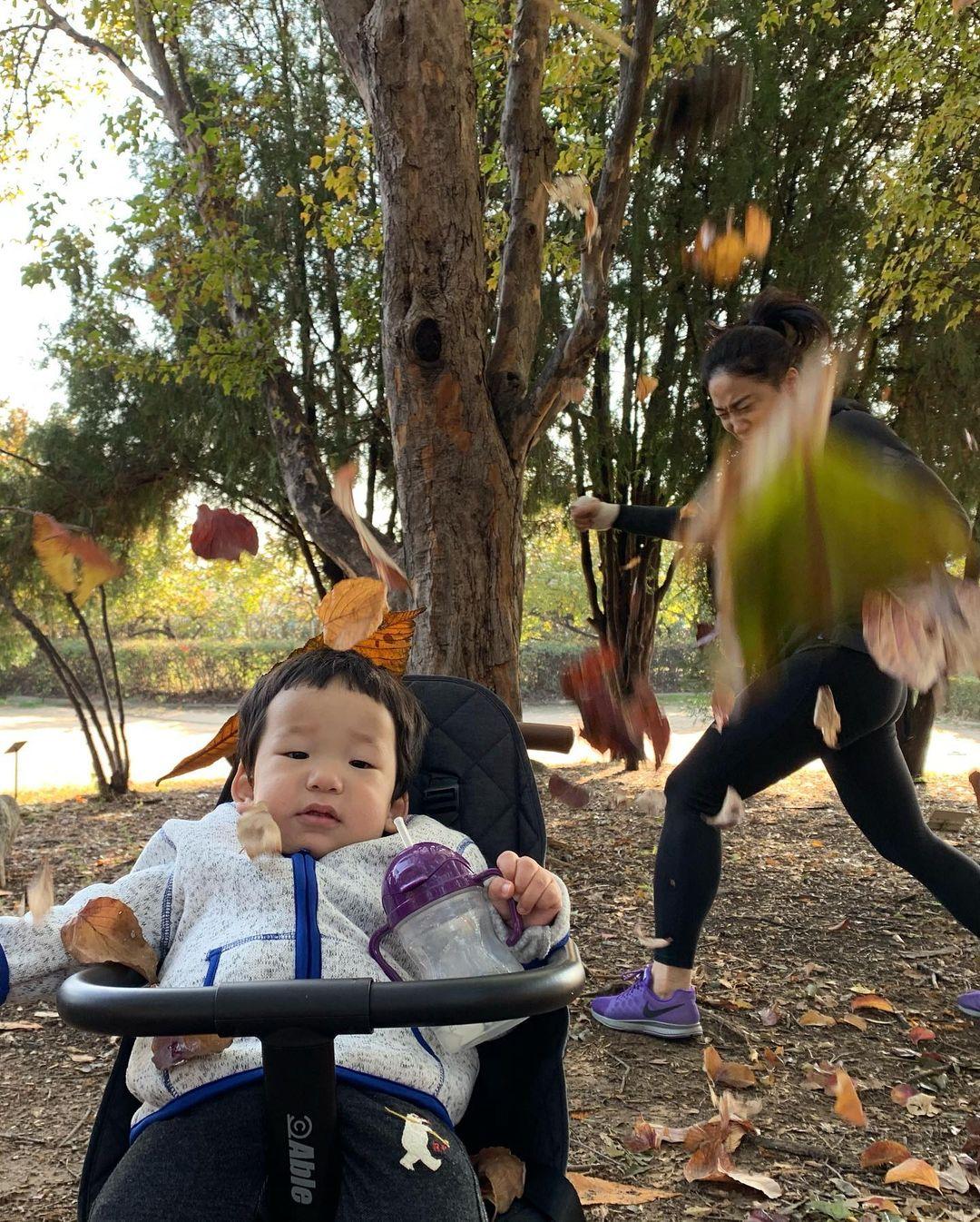 媽媽完美呈現「育兒內心」崩潰照 「背後靈系列」網笑噴:壓力是有多大