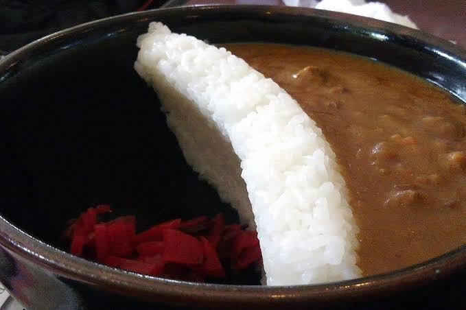 朋友吃咖哩飯蓋「護城河」好奇怪?內行曝關鍵:最完美吃法