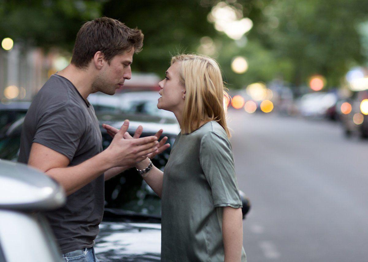 與男吵架!她一氣之下「強吻→咬掉舌頭」 吐出後「旁邊海鷗吞了」