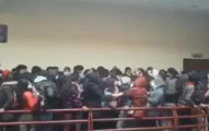 影/大學生4樓走廊「擠爆欄杆」 集體「後背一空」7人直墜慘死