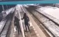 醉女掉入鐵軌!掙扎「趴月台睡著」 幾秒後火車進站慘「全身四散」