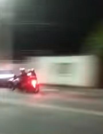 影/屁孩無照載妹!警察超狠「逼撞空中翻轉」 摔地就開打